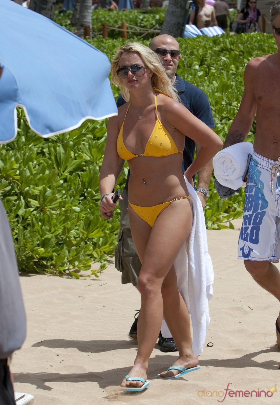 Britney Speras on un bikini amarillo