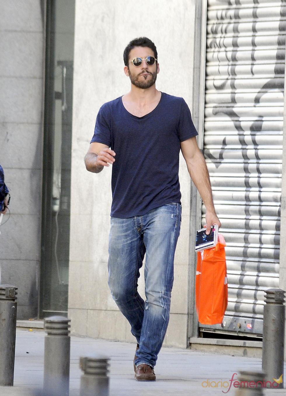 Miguel Ángel Silvestre de compras por Madrid