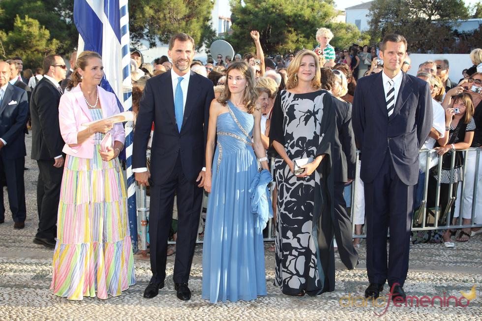 Felipe y Letizia con las infantas en la boda de Nicolás de Grecia