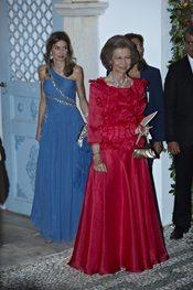 La Reina Sofía con vestido largo rojo
