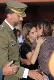 Felipe y Letizia dan el pésame a las familias de los guardias civiles