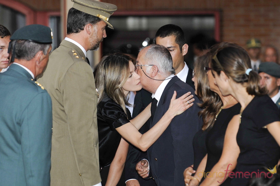Felipe y Letizia consuelan a failiares de los guardias civiles