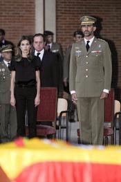 Felipe y Letizia despiden a los guardias civiles asesinados