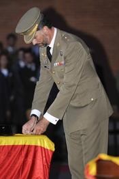 El Príncipe Felipe condecora a los guardias civiles asesinados