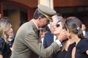 Felipe de Borbón consuela a familiar de un guardia civil asesinado
