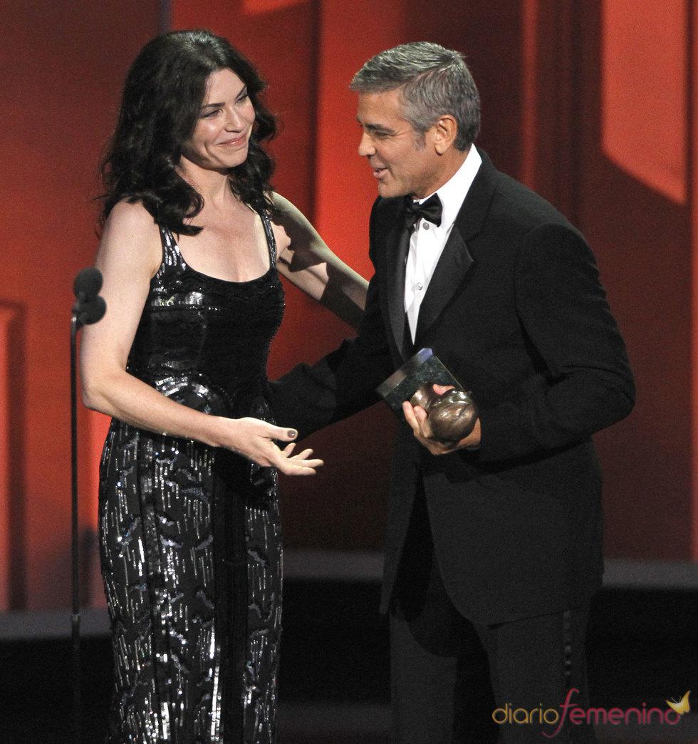 Julianna Margulies entrega el Emmy a George Clooney