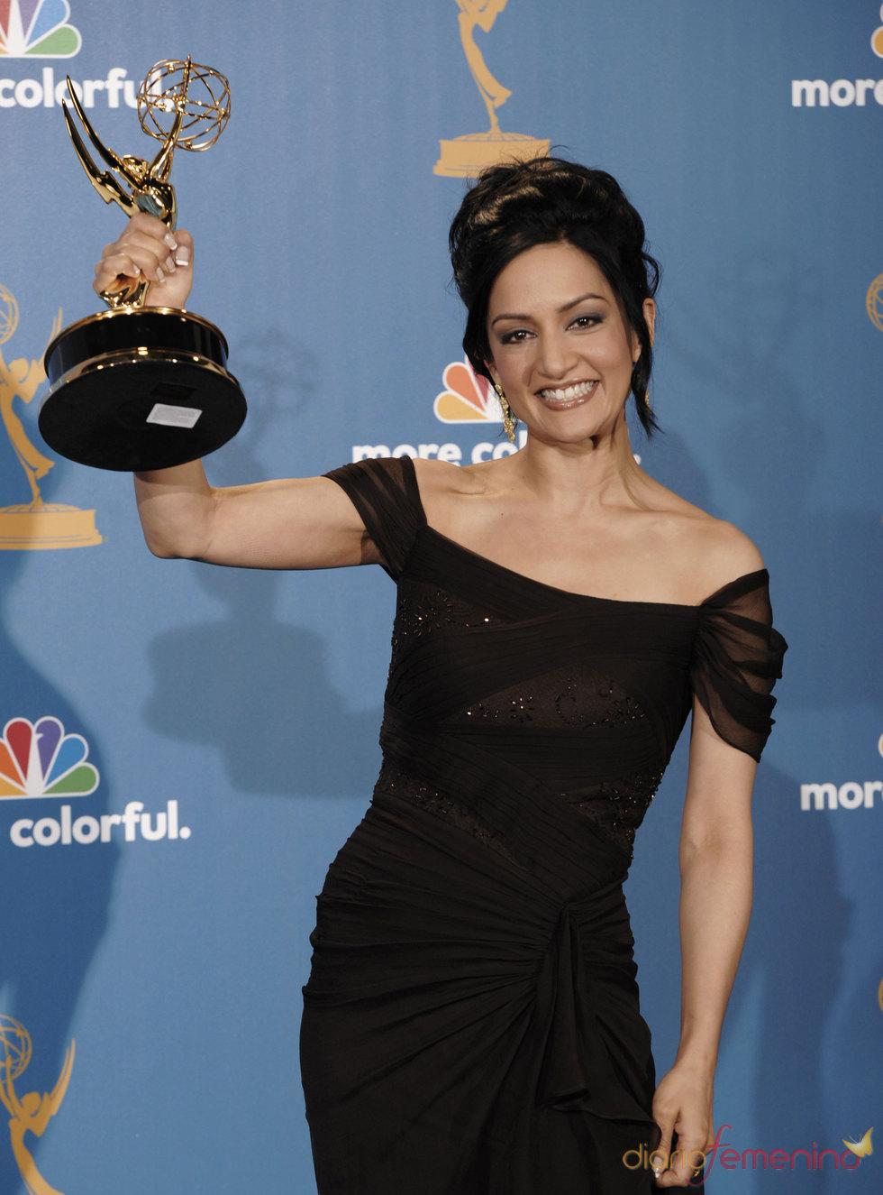 Archie Panjabi de 'The Good Wife' con su Emmy 2010