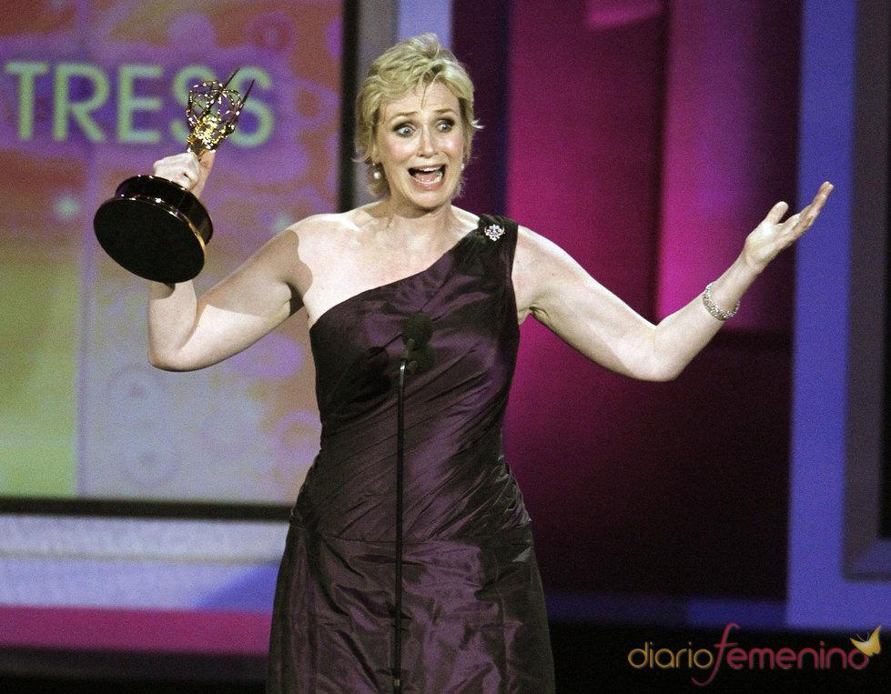 Jane Lynch de 'Glee' con su Emmy a mejor actriz secundaria de comedia