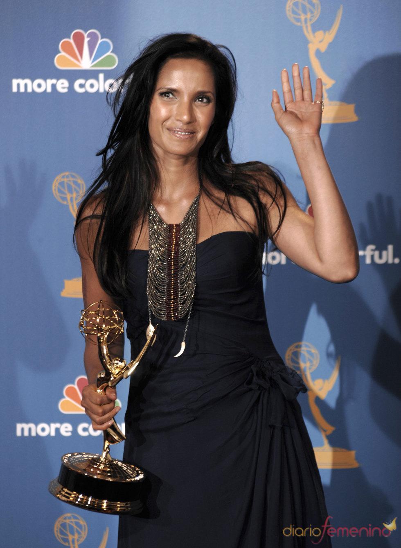 Padma Lakshmi con su  Emmy por 'Top Chef'