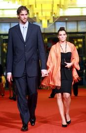 Pau Gasol y Silvia López cogidos de la mano