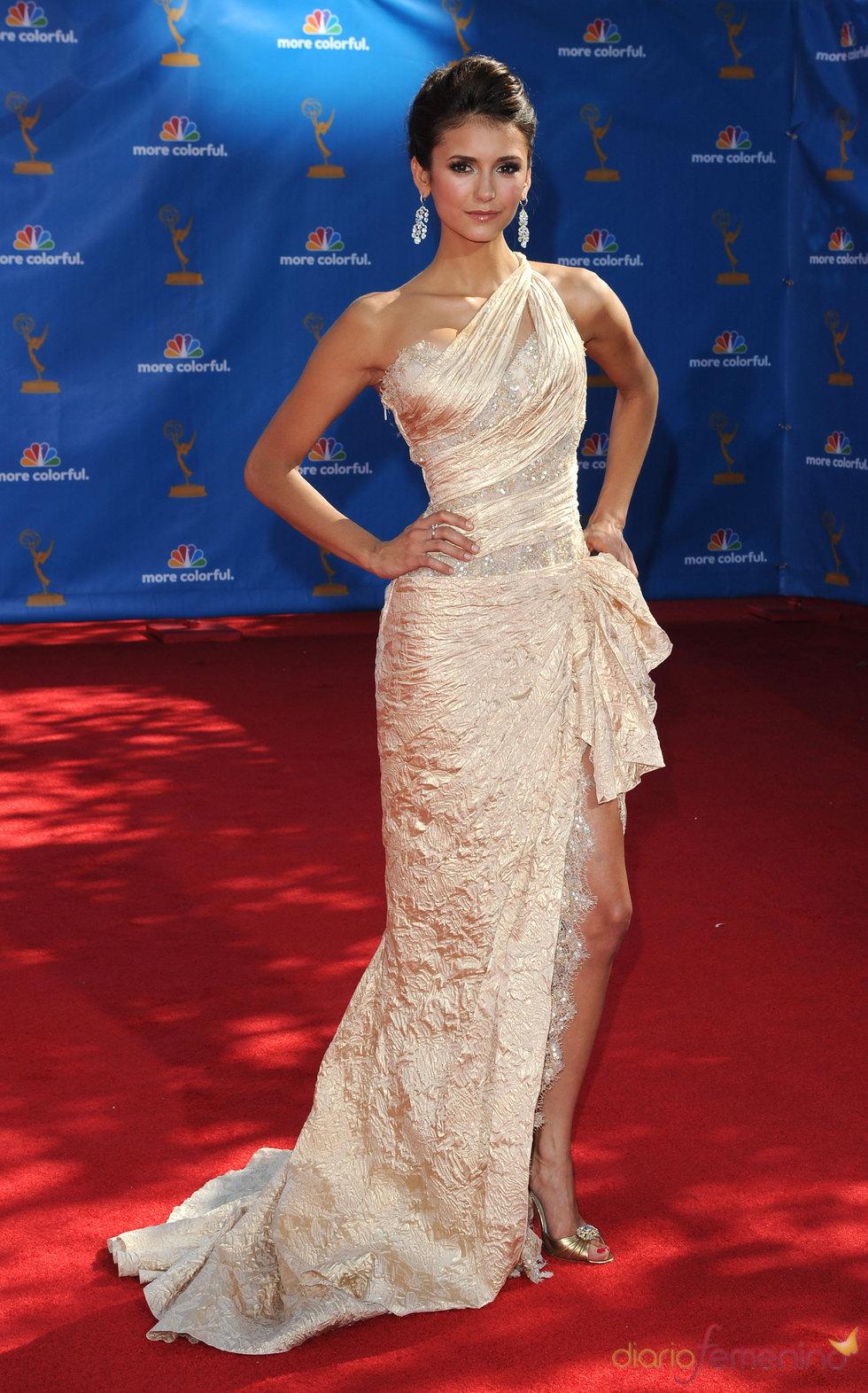 Nina Dobrev de 'Crónicas Vampíricas' en los Premios Emmy 2010