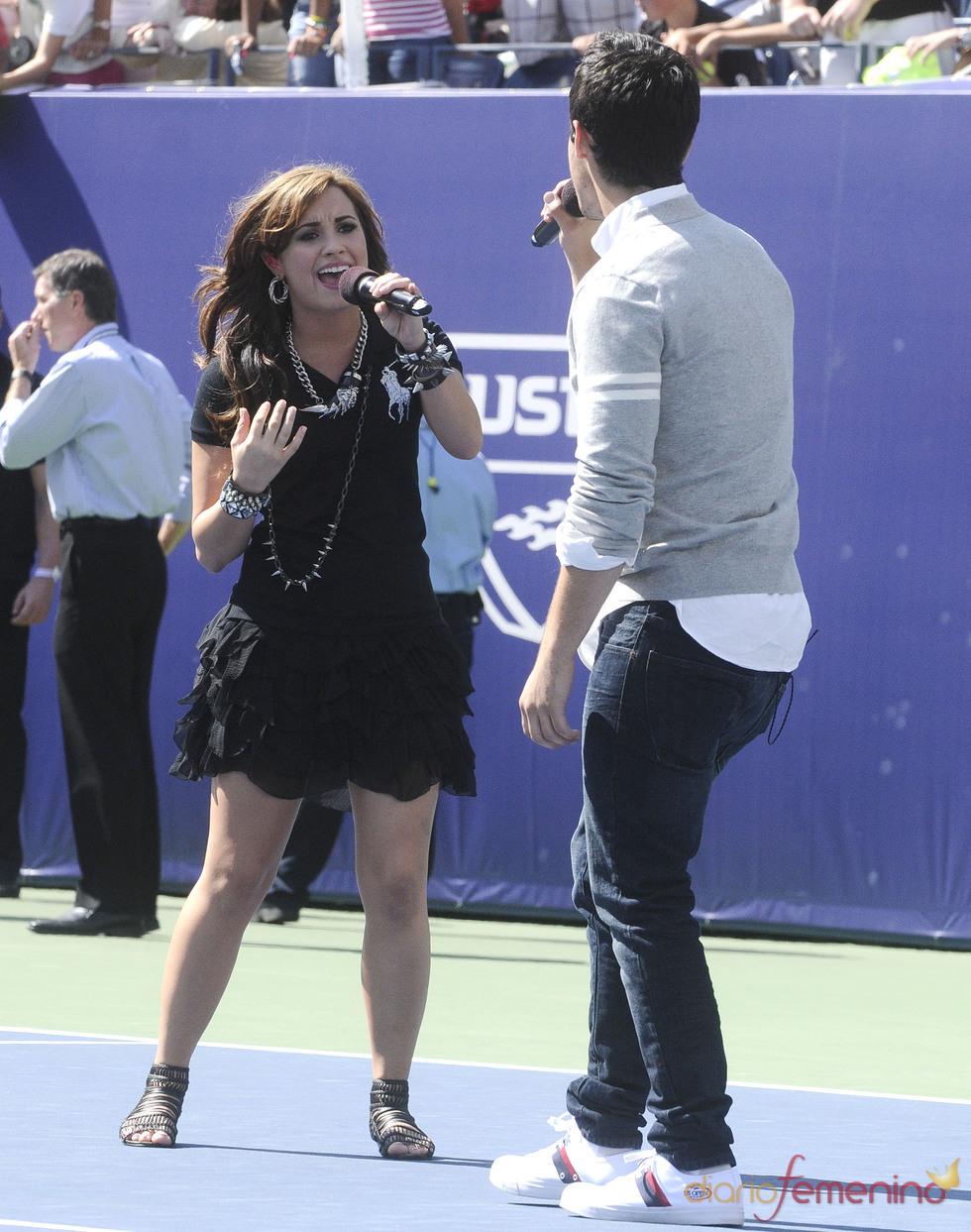 Actuación de Demi Lovato y Joe Jonas