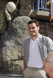 Iker Casillas descubre su escultura en Navalacruz