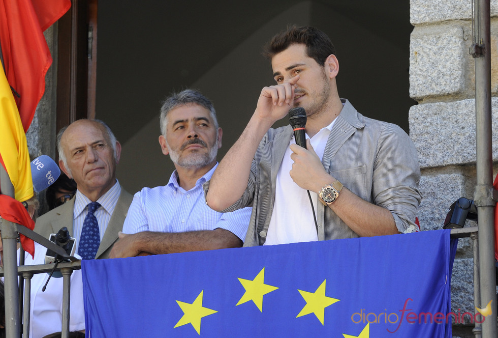 Iker Casillas llora en el balcón del ayuntamineto