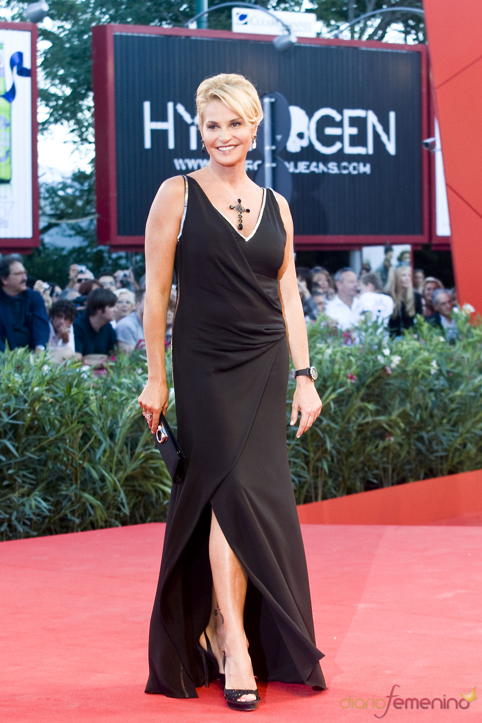 Simona Ventura con vestido negro