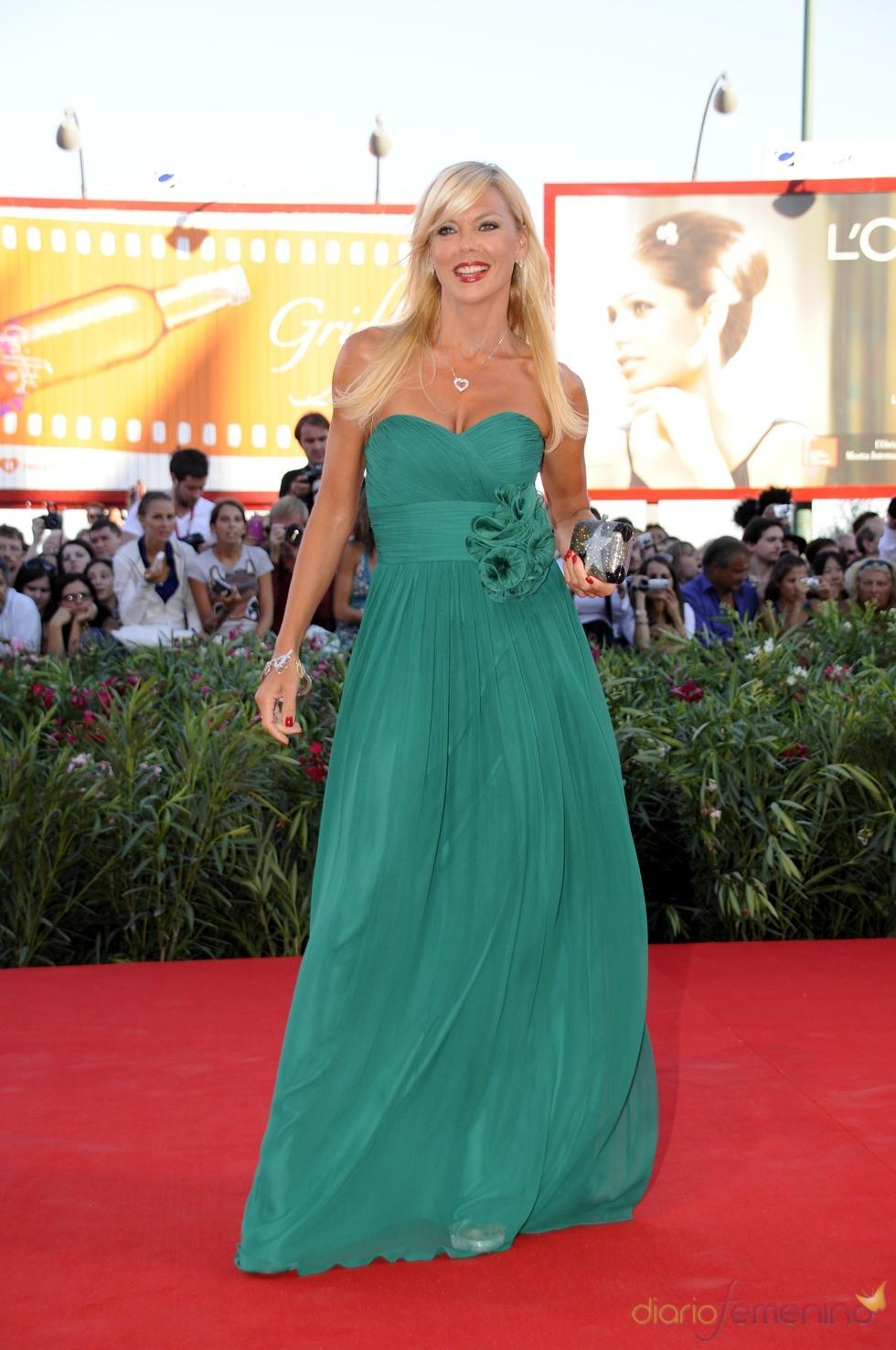 Matilde Brandi con vestido verde
