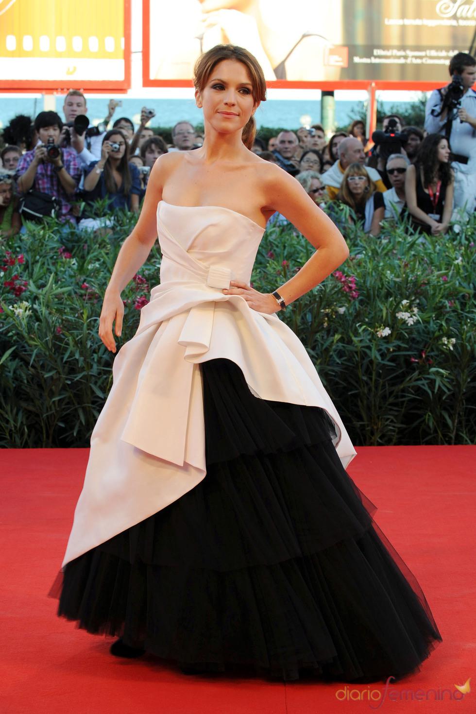 Isabella Ragonese con original vestido blanco y negro