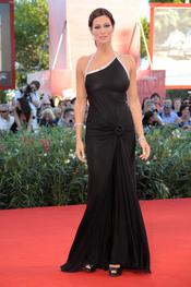Manuela Arcuri con vestido negro
