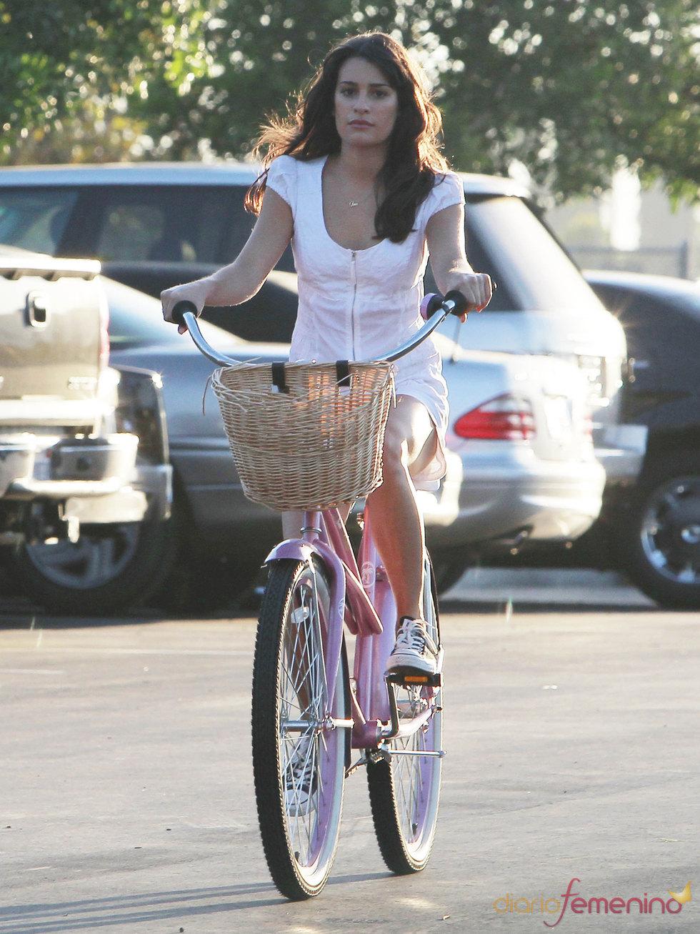 Lea Michele de Glee de bicicleta por Los Ángeles