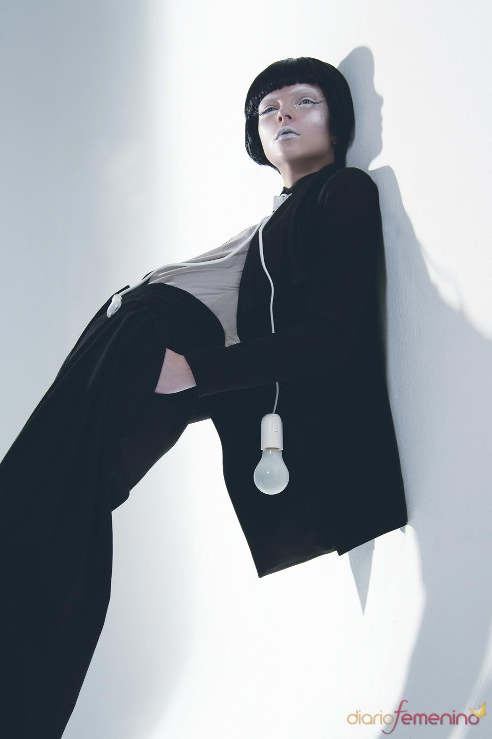 Toni Francesc viste a una mujer futurista