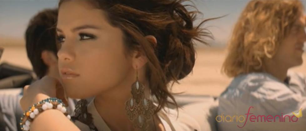 Selena Gomez con amigos en el desierto