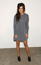 Ashley Tisdale con vestido gris