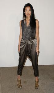 Vera Wang con conjunto gris
