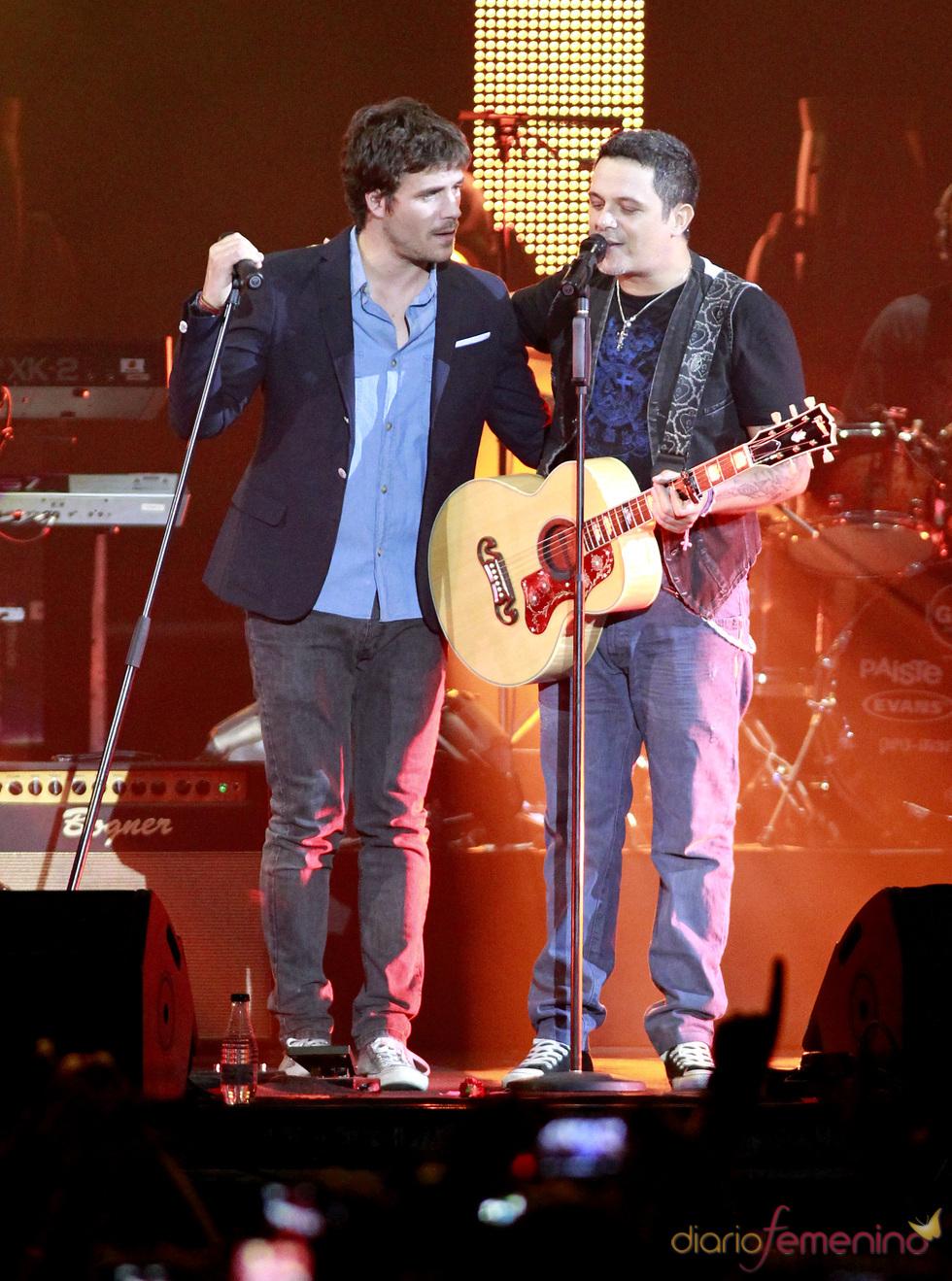 ¿Cuánto mide Alejandro Sanz? - Estatura real: 1,70 - Real height 6769_dani-martin-a-duo-con-alejandro-sanz