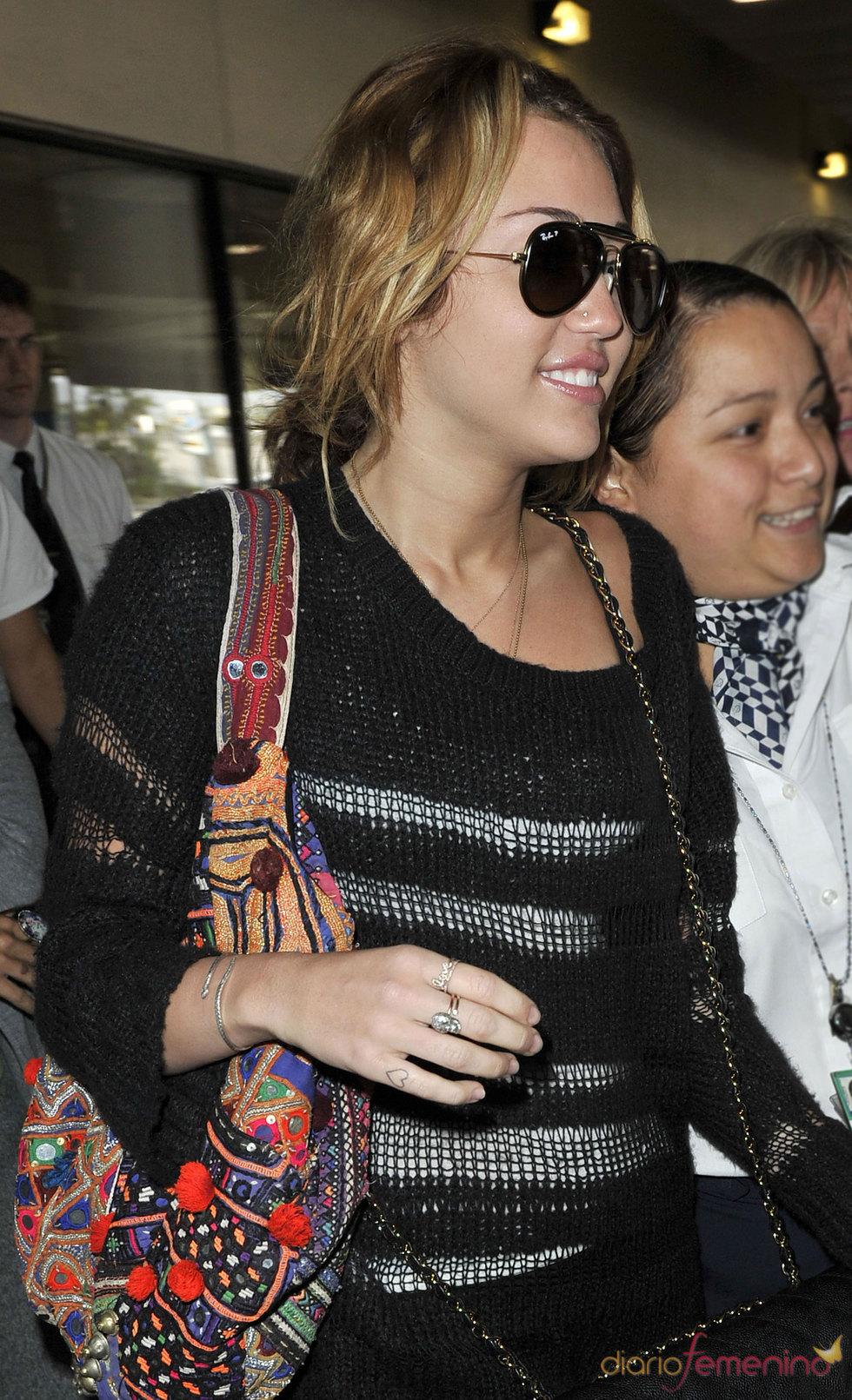 Miley Cyrus tatúa un corazón en el dedo de la mano