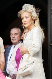 Carmen Lomana optó por un voluptuoso tocado para la boda de su sobrina