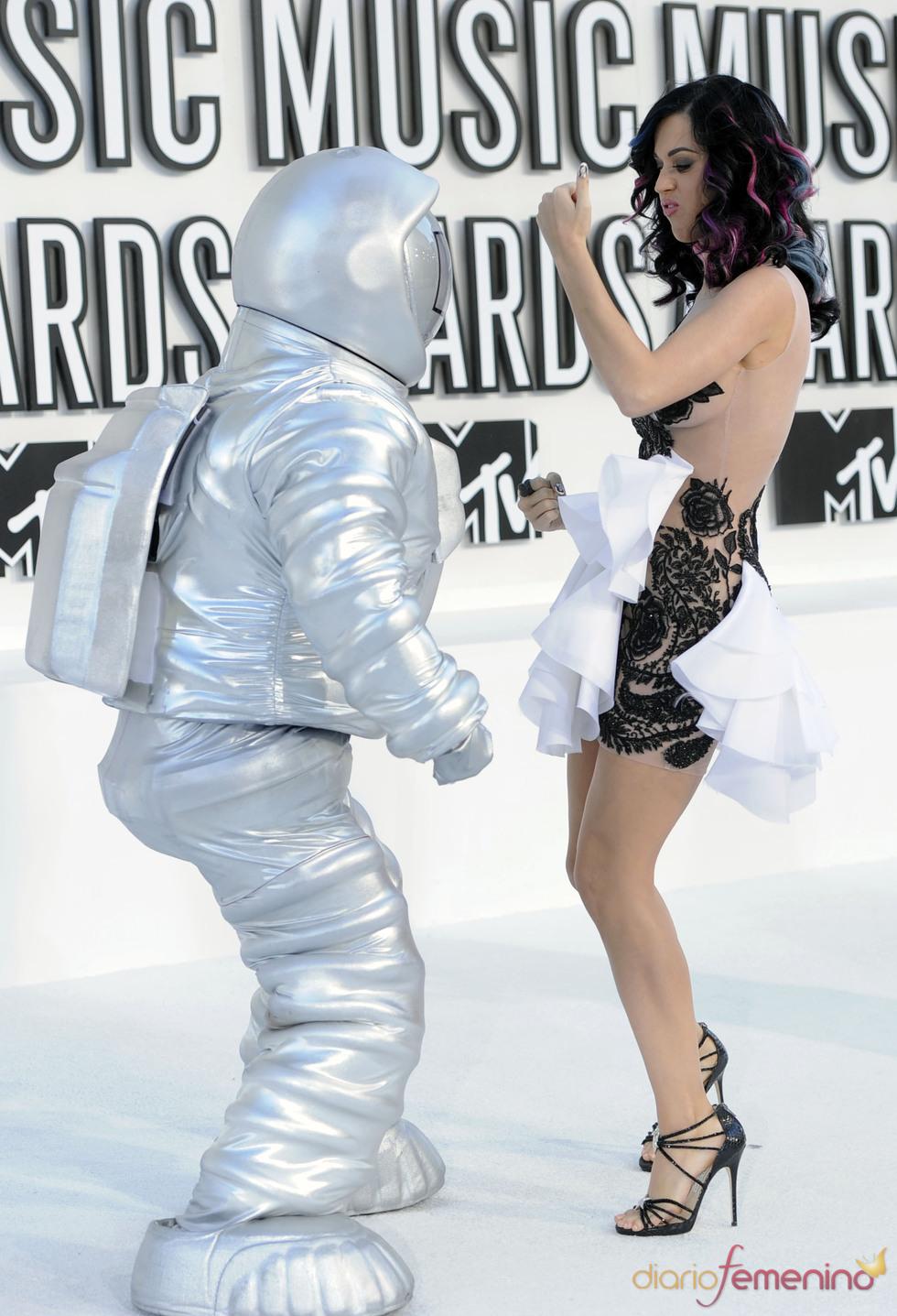 Katy Perry y un astronauta en los MTV Video Music Awards