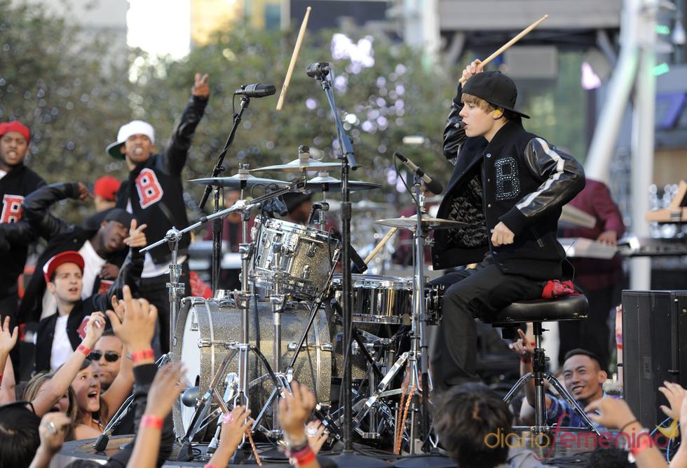 Justin Bieber atoca la batería en los MTV Video Music Awards