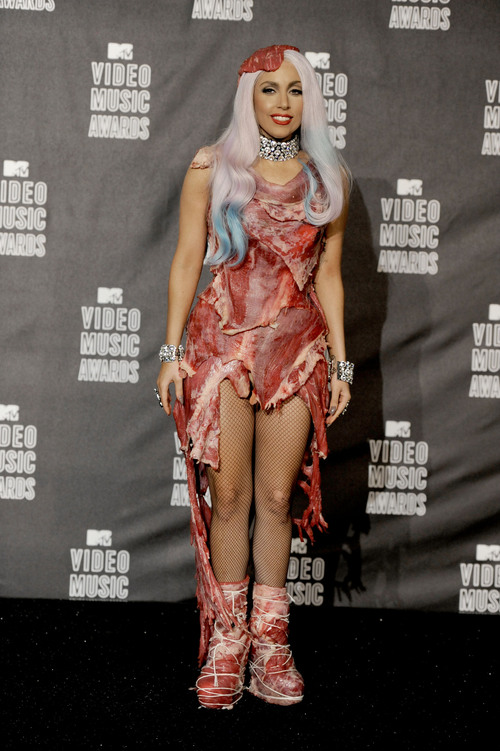 Lady Gaga, con carne cruda por el cuerpo