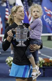 Kim Clijsters con su hija Jada y el trofeo del Open USA 2010