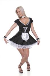 Una señorita del servicio en Halloween