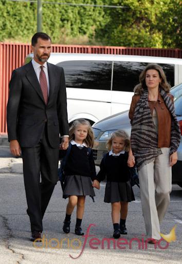 Felipe y Letizia acompañan a sus hijas al colegio