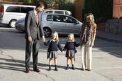 Los príncipes de Asturias acompañan a Leonor y Sofía al colegio