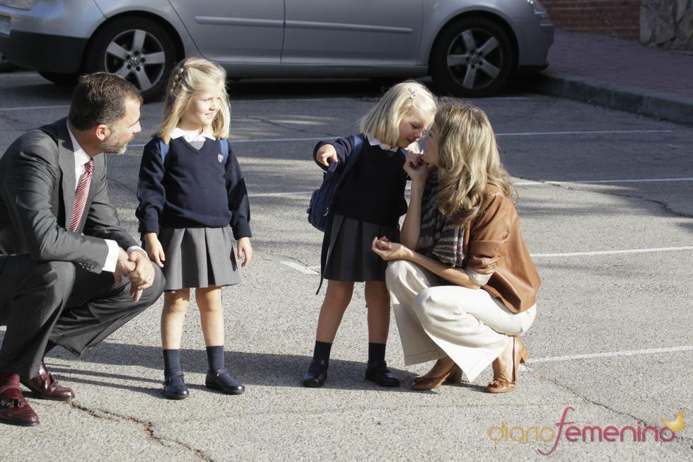 La princesa Letizia y la pequeña Sofía observan a los fotógrafos