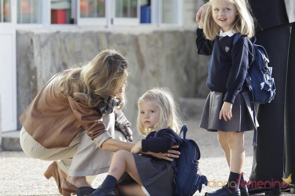 La princesa Letizia ayuda a su hija pequeña a levantarse