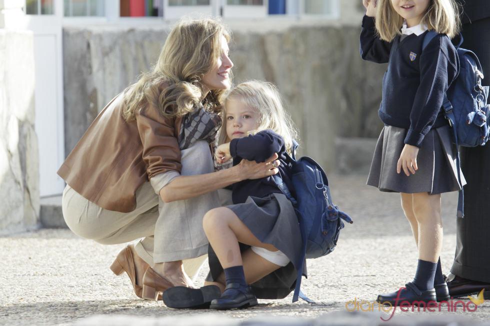 Letizia levanta a su hija Sofía tras tropezarse y caer