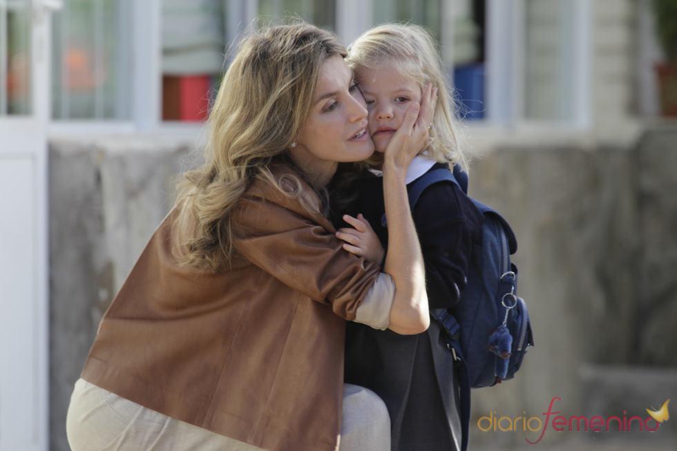 La princesa Letizia mima a su pequeña tras la caída