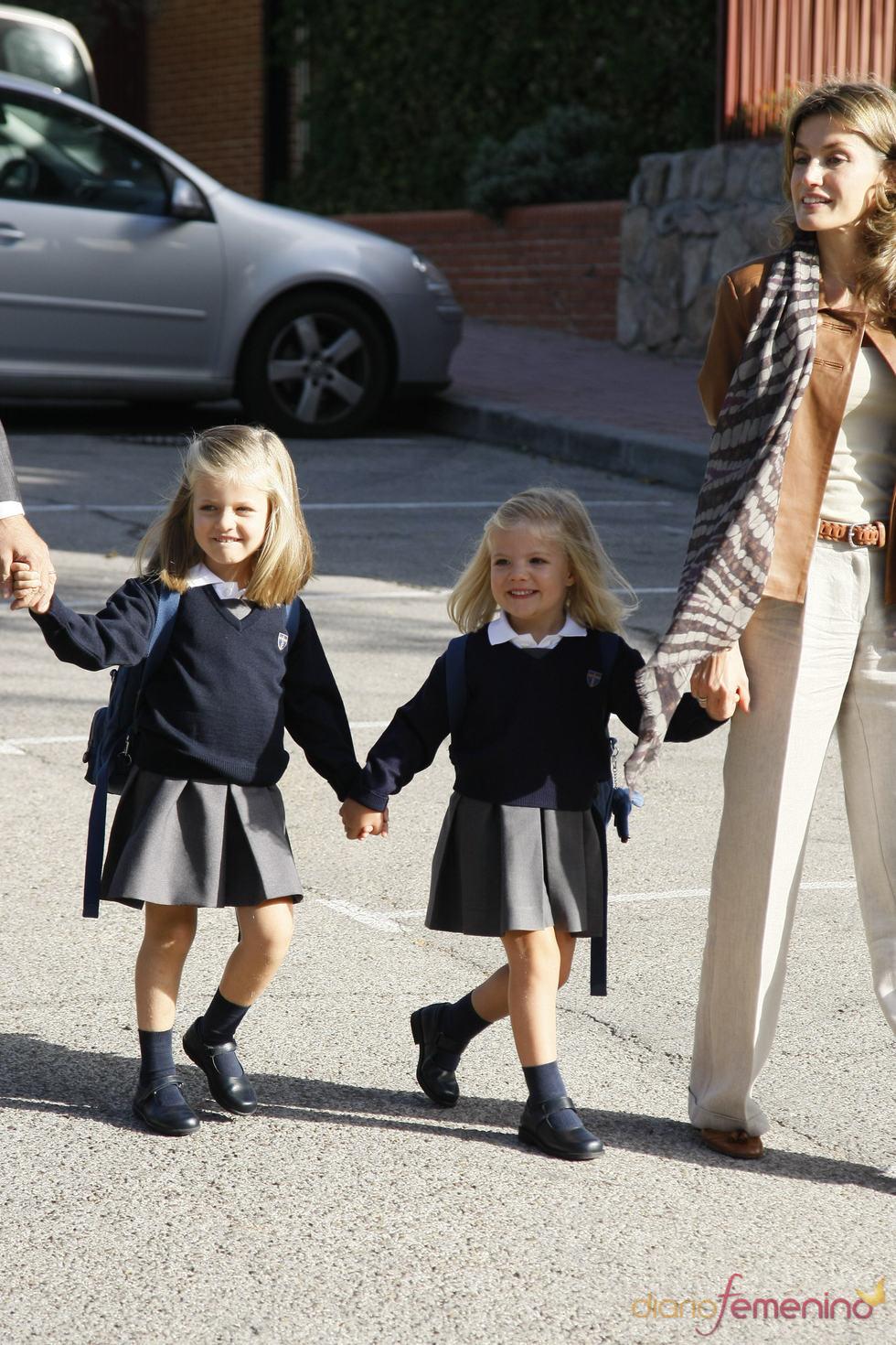 Letizia y las infantas Leonor y Sofía saludan a los medios