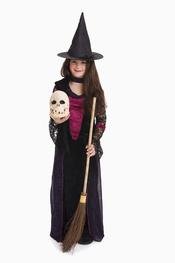 Brujita, no olvides tu escoba en Halloween