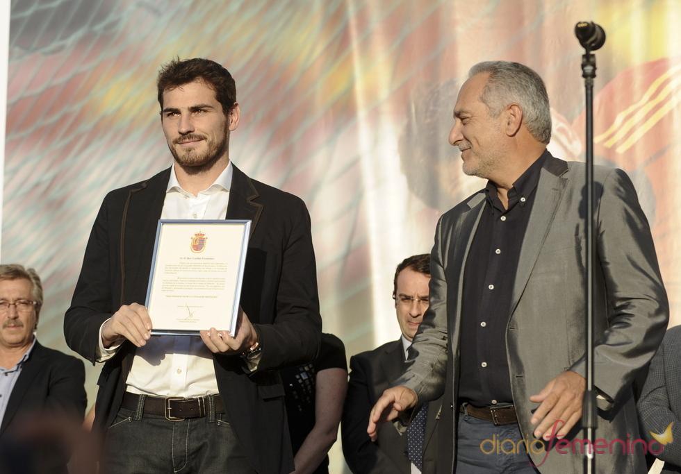 Iker Casillas con el título de hijo predilecto de Móstoles