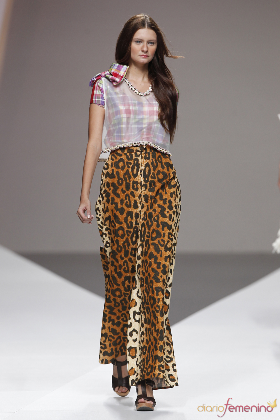 American Pérez presenta ligeros pantalones con print animal