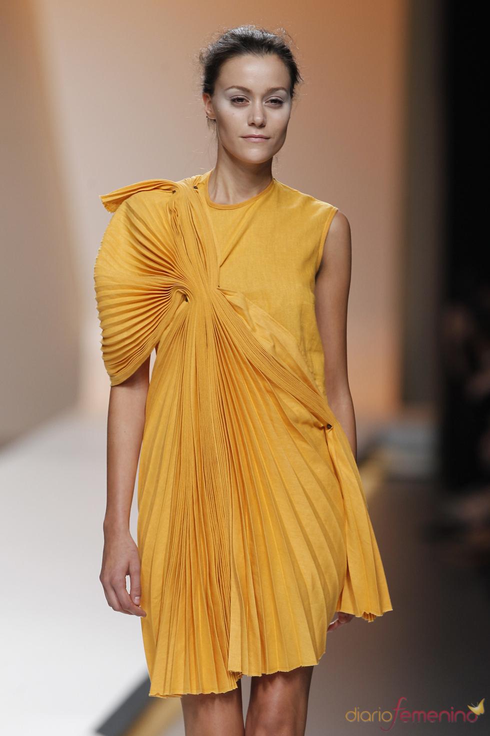 El amarillo domina en la colección de Diana Dorado para la primavera verano de 2011