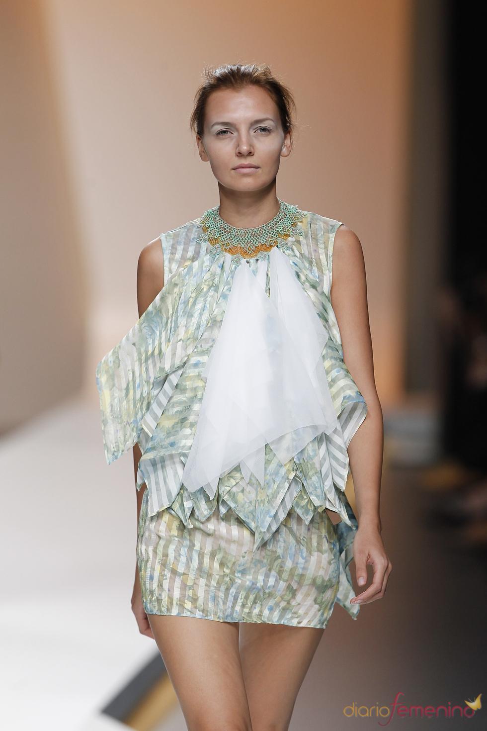 Diana Dorado opta por un discreto print floral en la Madrid Fashion Week