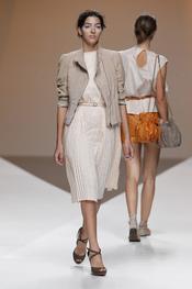 Diana Dorado apuesta por los vestidos plisados durante la Madrid Fashion Week