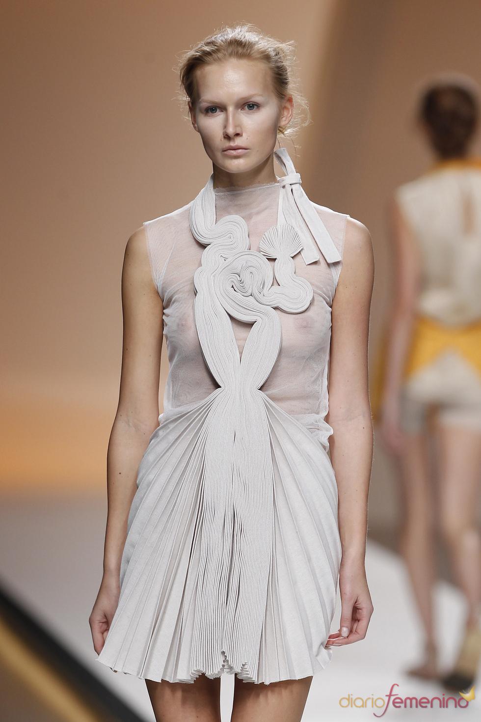 Diana Dorado apuesta por transparencias y telas plisadas