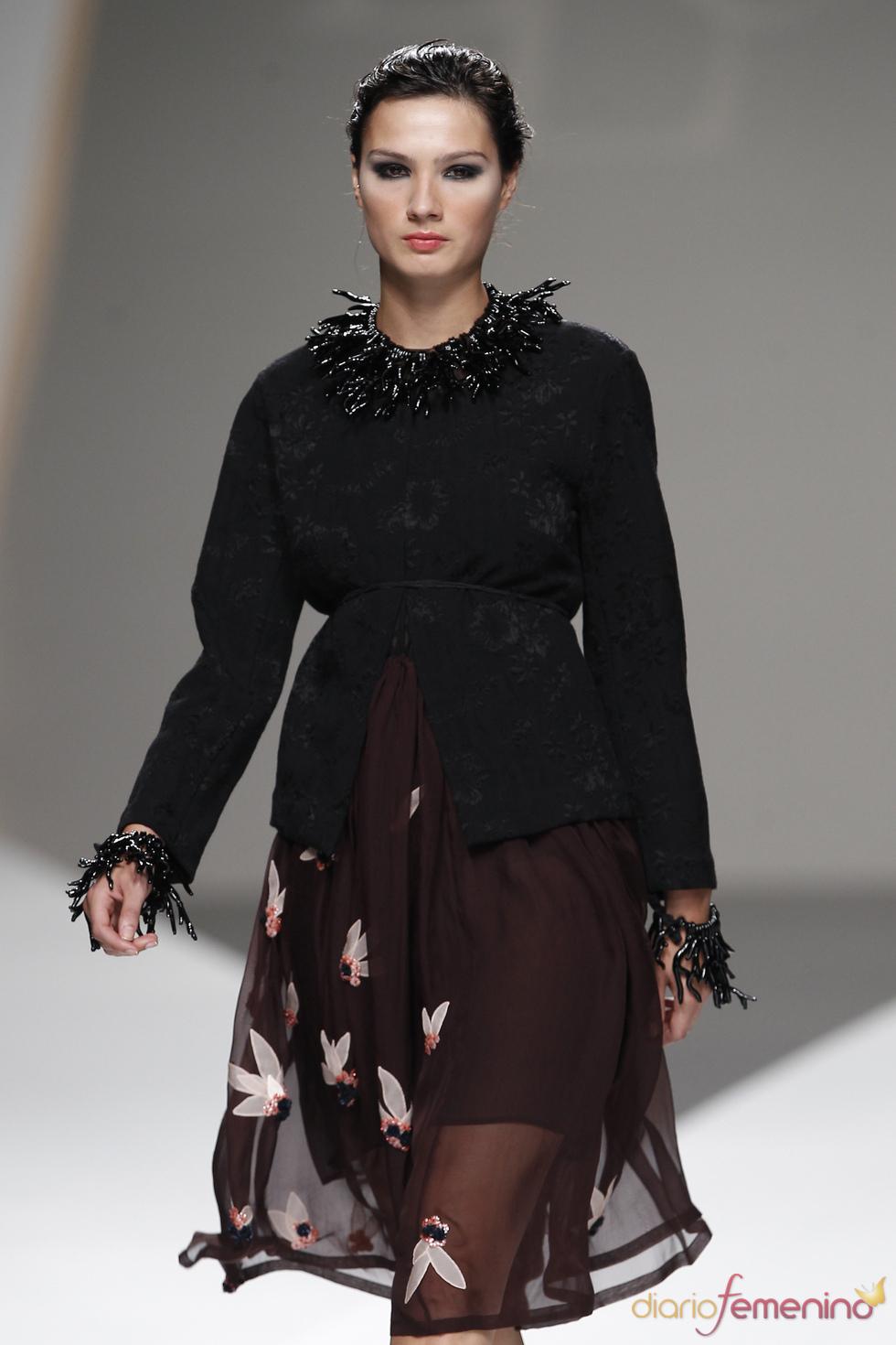 Marrón y negro se alían con detalles florales en la colección de Lluis Corujo
